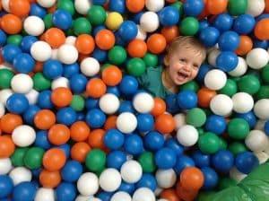 Piscine À Balles, Couleurs, Les Petits Enfants, Heureux