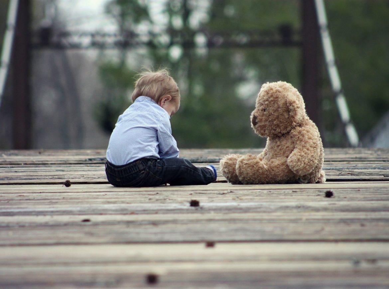 Un enfant jouant avec son doudou